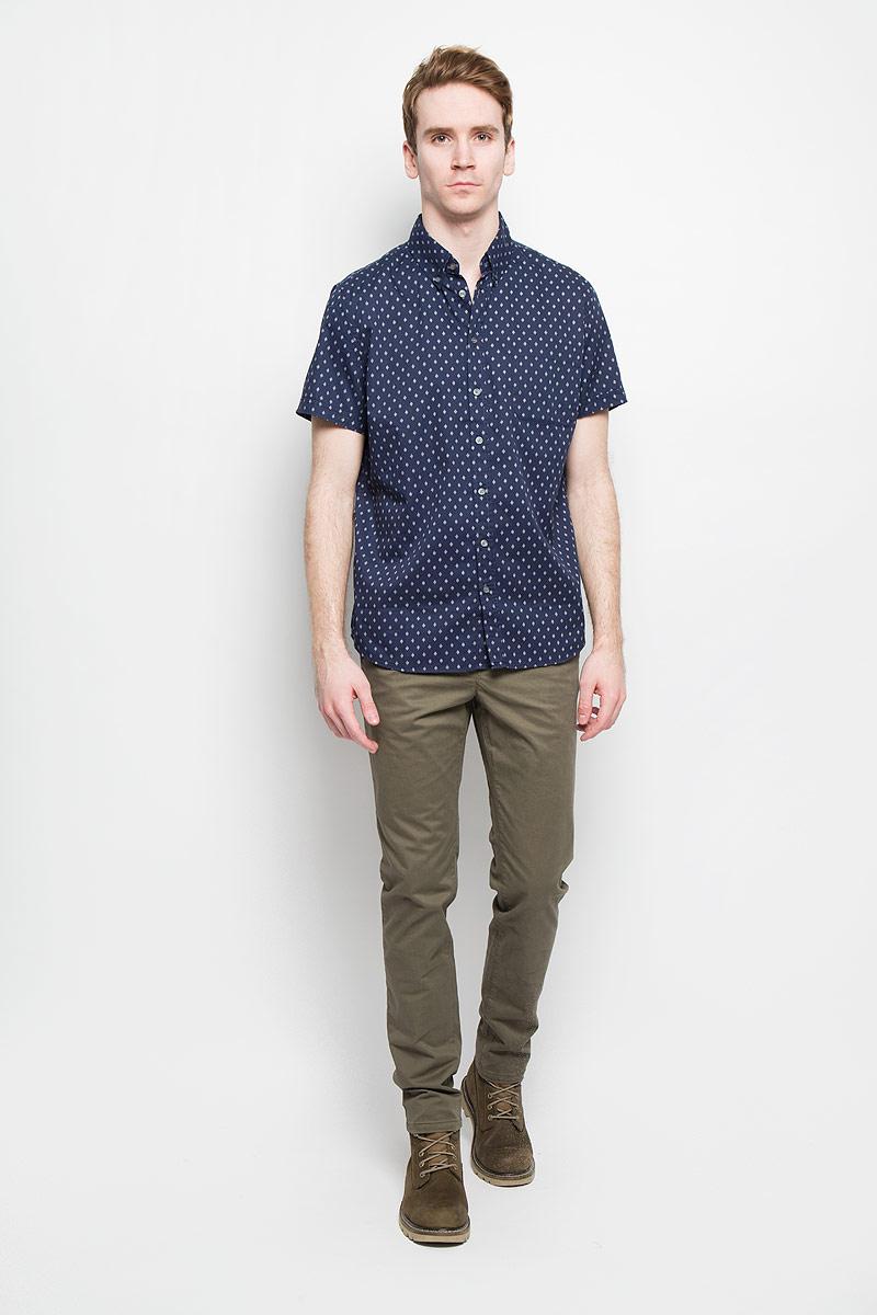Рубашка мужская Sela, цвет: темно-синий. Hs-212/672-6123. Размер 42 (50)Hs-212/672-6123Стильная мужская рубашка Sela, выполненная из 100% хлопка, подчеркнет ваш уникальный стиль и поможет создать оригинальный образ.Рубашка с короткими рукавами и отложным воротником застегивается на пуговицы спереди. Модель украшена оригинальным принтом в мелкий ромб и дополнена накладным нагрудным карманом. Такая рубашка будет дарить вам комфорт в течение всего дня и послужит замечательным дополнением к вашему гардеробу.