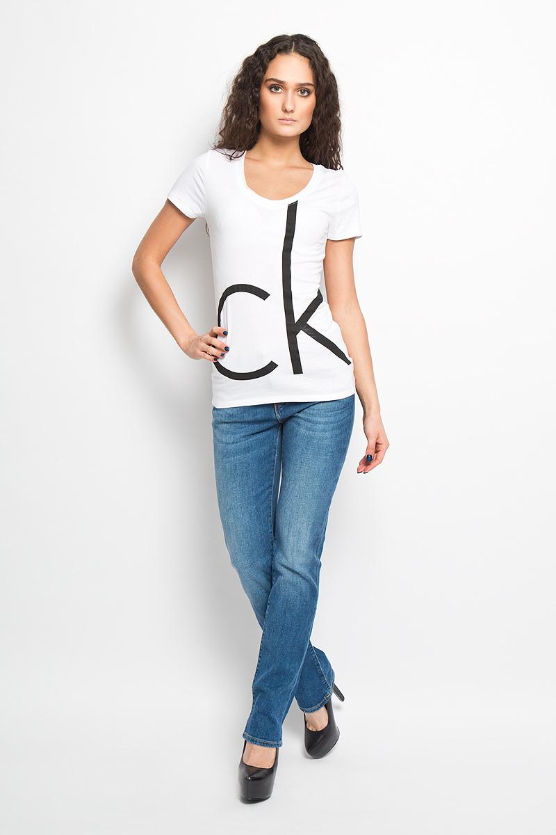 Футболка130888-0001Модная женская футболка Calvin Klein, выполненная из хлопка и вискозы, обладает высокой теплопроводностью, воздухопроницаемостью и гигроскопичностью, позволяет коже дышать. Модель с короткими рукавами и V-образным вырезом горловины - идеальный вариант для создания стильного образа. Оформлено изделие термоаппликацией в виде эмблемы бренда. Такая модель подарит вам комфорт в течение всего дня и послужит замечательным дополнением к вашему гардеробу.