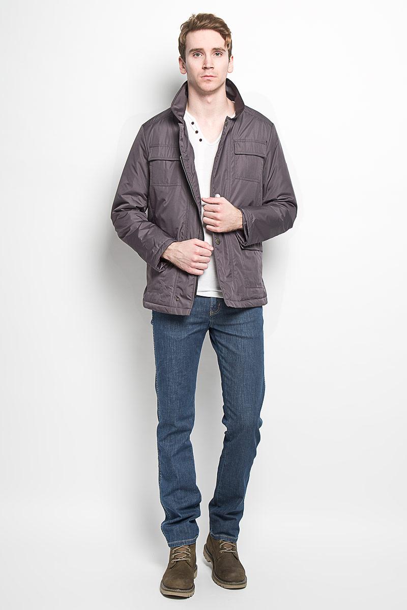 Куртка мужская Grishko, цвет: серый. AL-2871. Размер 52AL- 2871Модная мужская куртка Grishko незаменима для городских будней. Модель выполнена из гладкого высококачественного материала с непромокаемым эффектом для максимального комфорта при различных погодных условиях. Куртка утеплена холлофайбером, что делает ее необычайно легкой в носке и уходе. Кроме того, холлофайбер отличается повышенной теплоизоляцией, антибактериальными свойствами, долговечностью в использовании. Изделие приталенного кроя с длинными рукавами и отложным воротником застегивается на пластиковую застежку-молнию и ветрозащитный клапан на кнопках. На лицевой стороне модель дополнена четырьмя накладными карманами, закрывающимися клапанами на кнопках, с внутренней стороны - двумя накладными карманами на липучках. Левый рукав декорирован фирменной металлической эмблемой. Изделие легко стирается в машинке, не теряя своего первоначального вида. Эта стильная куртка послужит отличным дополнением к вашему гардеробу!