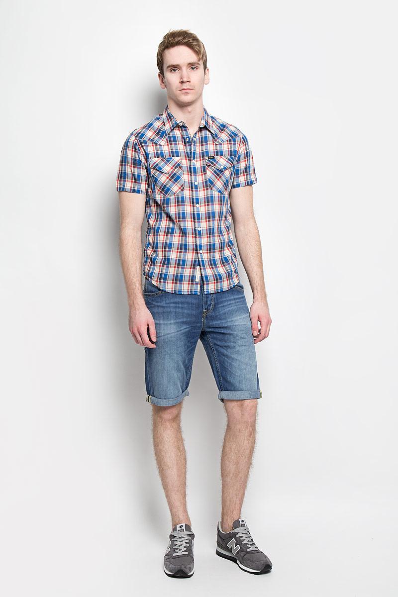 ШортыL724DEQNМодные мужские шорты Lee станут неотъемлемой частью вашего летнего гардероба. Они выполнены из высококачественного натурального хлопка, что обеспечивает комфорт и удобство при носке. Укороченные шорты стандартной посадки станут отличным дополнением к вашему современному образу. Джинсовые шорты застегиваются на пуговицу в поясе и имеют ширинку на пуговицах, а также дополнены шлевками для ремня. Шорты имеют классический пятикарманный крой: спереди модель оформлена двумя втачными карманами и одним маленьким накладным кармашком, а сзади - двумя накладными карманами. Изделие украшено декоративными отворотами. Эти комфортные и стильные шорты превосходно дополнят ваш образ, а также обеспечат комфорт и удобство в течение всего дня.