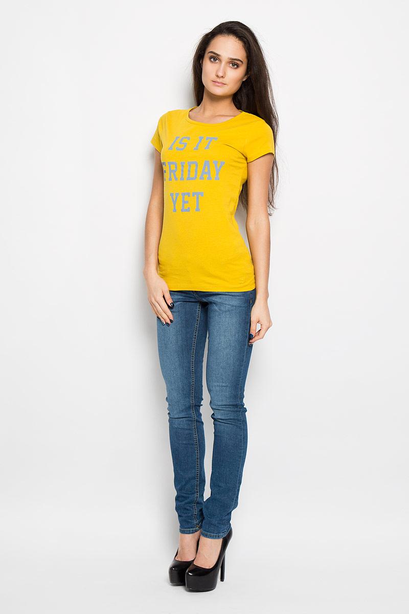 Футболка1034003.00.71Стильная женская футболка Tom Tailor Denim немного приталенного кроя, выполненная из натурального хлопка, будет отлично на вас смотреться. Модель с круглым вырезом горловины и короткими рукавами оформлена оригинальными принтовыми надписями. В нижней части футболки выполнена вышивка логотипа бренда в цвет изделия. Классический покрой, лаконичный дизайн, безукоризненное качество. Идеальный вариант для тех, кто ценит комфорт и качество.
