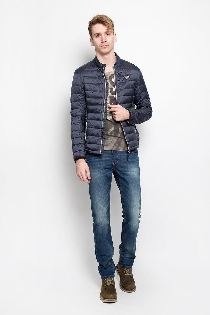 Куртка3532461.00.10Стеганая мужская куртка Tom Tailor идеально подойдет для прохладной погоды. Верх изделия выполнен из полиамида, подкладка и наполнитель - из высококачественного полиэстера. Модель с длинными рукавами и воротником-стойкой застегивается на застежку-молнию с защитой подбородка. Куртка оснащена двумя прорезными карманами на застежках-молниях снаружи и двумя накладными карманами внутри. Спинка модели удлинена. Изделие на груди украшено нашивкой в виде прорезиненного логотипа бренда. Эта модная куртка послужит отличным дополнением к вашему гардеробу.