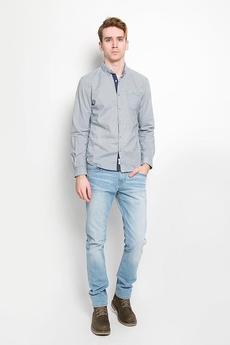 Рубашка мужская Tom Tailor Denim, цвет: серо-синий, экрю. 2031439.01.12. Размер S (46)2031439.01.12Мужская рубашка Tom Tailor Denim, выполненная из натурального хлопка, идеально дополнит ваш образ. Материал мягкий и приятный на ощупь, не сковывает движения и позволяет коже дышать.Рубашка приталенного кроя, с длинными рукавами, отложным воротником и закруглённым низом. Края воротника спереди пристегиваются к модели на пуговицы. Изделие спереди застегивается на пуговицы. Манжеты на рукавах также застегиваются на пуговицы. На груди модель дополнена накладным карманом на пуговице. Рубашка оформлена мелким контрастным принтом в виде ромбов.Такая модель будет дарить вам комфорт в течение всего дня и станет стильным дополнением к вашему гардеробу.