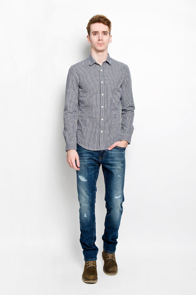 Рубашка2031127.09.12Мужская рубашка Tom Tailor Denim, выполненная из натурального хлопка, идеально дополнит ваш образ. Материал мягкий и приятный на ощупь, не сковывает движения и позволяет коже дышать. Рубашка приталенного кроя, с длинными рукавами, отложным воротником и закруглённым низом. Изделие спереди застегивается на пуговицы. Манжеты на рукавах также застегиваются на пуговицы. Рубашка оформлена мелким контрастным принтом в клетку. Такая модель будет дарить вам комфорт в течение всего дня и станет стильным дополнением к вашему гардеробу.