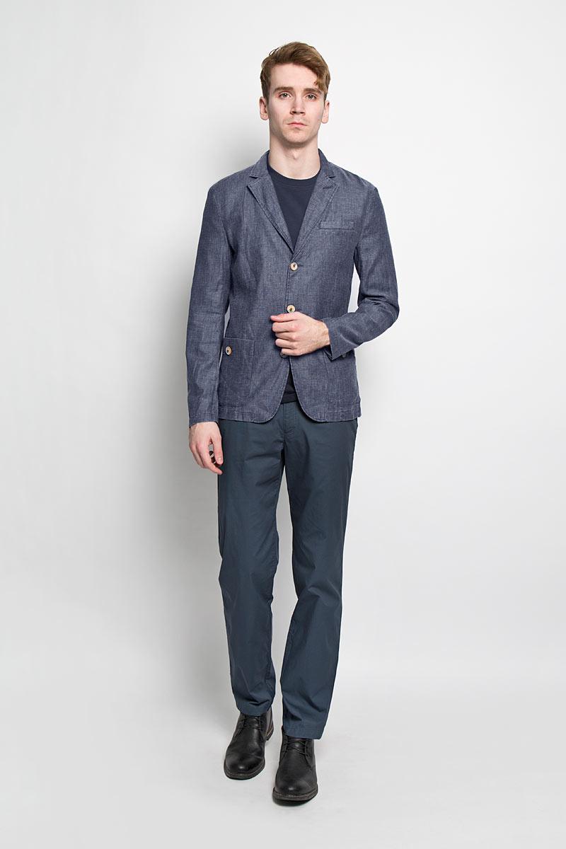 ПиджакS16-21004_602Классический мужской пиджак Finn Flare изготовлен из высококачественного материала на основе вискозы с добавлением льна, благодаря чему он приятен на ощупь и обеспечит вам комфорт и удобство при носке. Пиджак с воротником с лацканами и длинными рукавами застегивается на пуговицы. Модель имеет два накладных кармана спереди на пуговицах и один не большой прорезной на груди. Манжеты рукавов также дополнены декоративными пуговицами. Этот модный и в тоже время комфортный пиджак отличный вариант как для офиса, так и для повседневной носки. Он станет великолепным дополнением к вашему гардеробу, а благодаря классическому фасону, такой пиджак будет прекрасно сочетаться с любыми нарядами.
