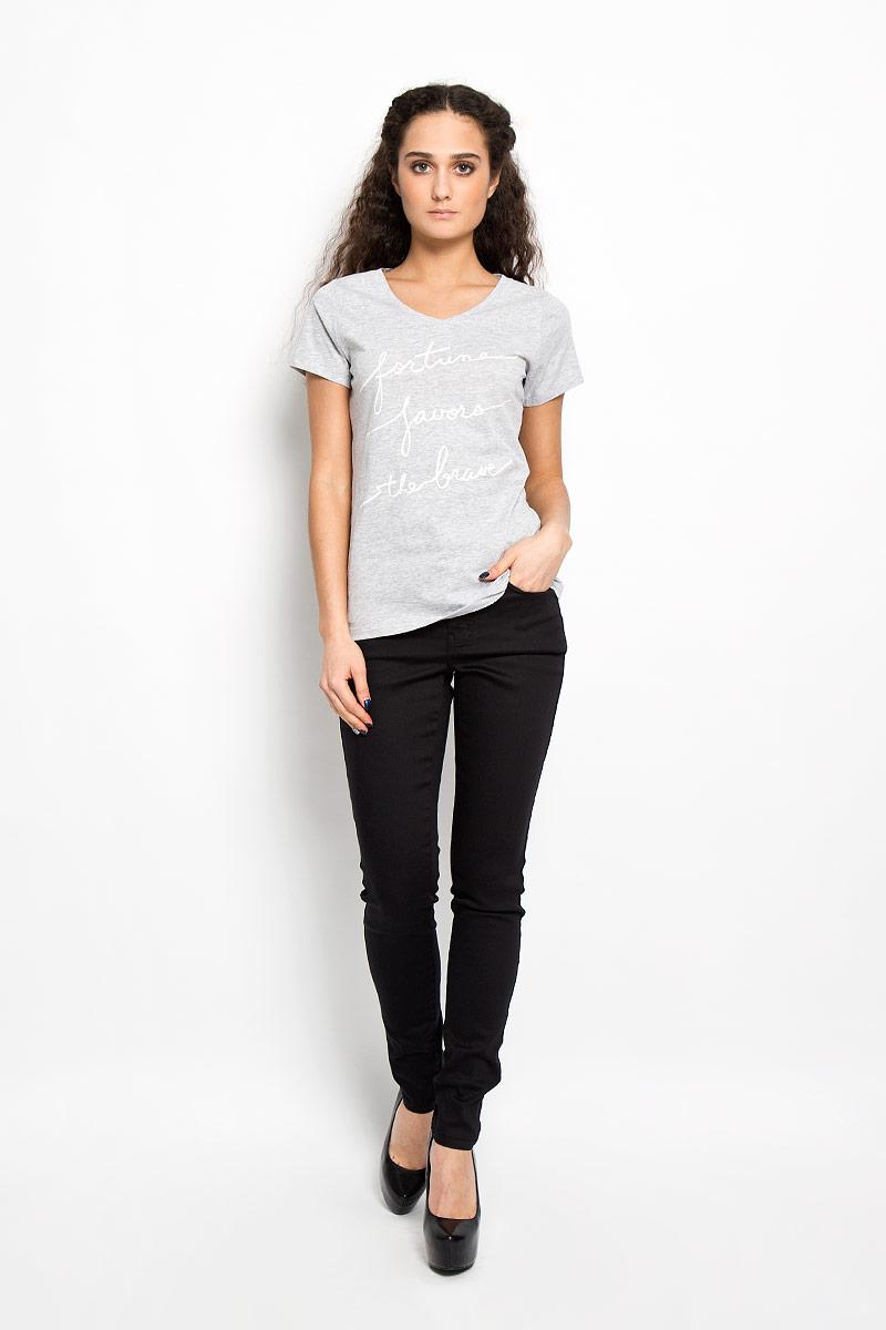 Футболка10156217 80BСтильная женская футболка Broadway, изготовленная из хлопка с добавление вискозы, необычайно мягкая и приятная на ощупь, не сковывает движения, обеспечивая наибольший комфорт. Модель слегка приталенного кроя с V-образным вырезом горловины и короткими рукавами, оформлена оригинальной принтовой надписью на английском языке. Такая модель подарит вам комфорт в течение всего дня и послужит замечательным дополнением к вашему гардеробу.