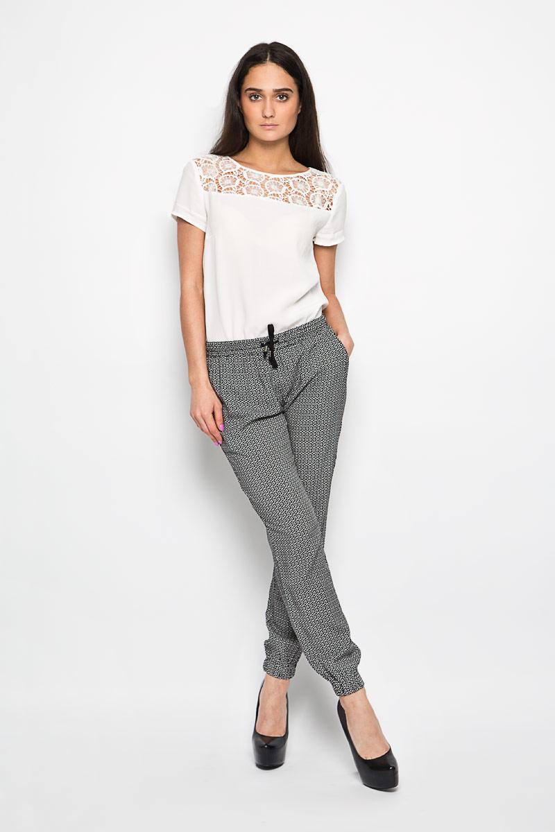 Брюки женские Baon, цвет: черный, белый. B296032. Размер M (46)B296032Женские брюки Baon слегка зауженного к низу кроя идеальны для создания модного образа. Выполнены брюки из 100% вискозы и оформлены оригинальным геометрическим орнаментом.Модель на широком эластичном поясе с кулиской. Штанины с широкими эластичными манжетами не сдавливают ногу. В боковых швах расположены втачные карманы. Отличный вариант для повседневной носки или активного отдыха.