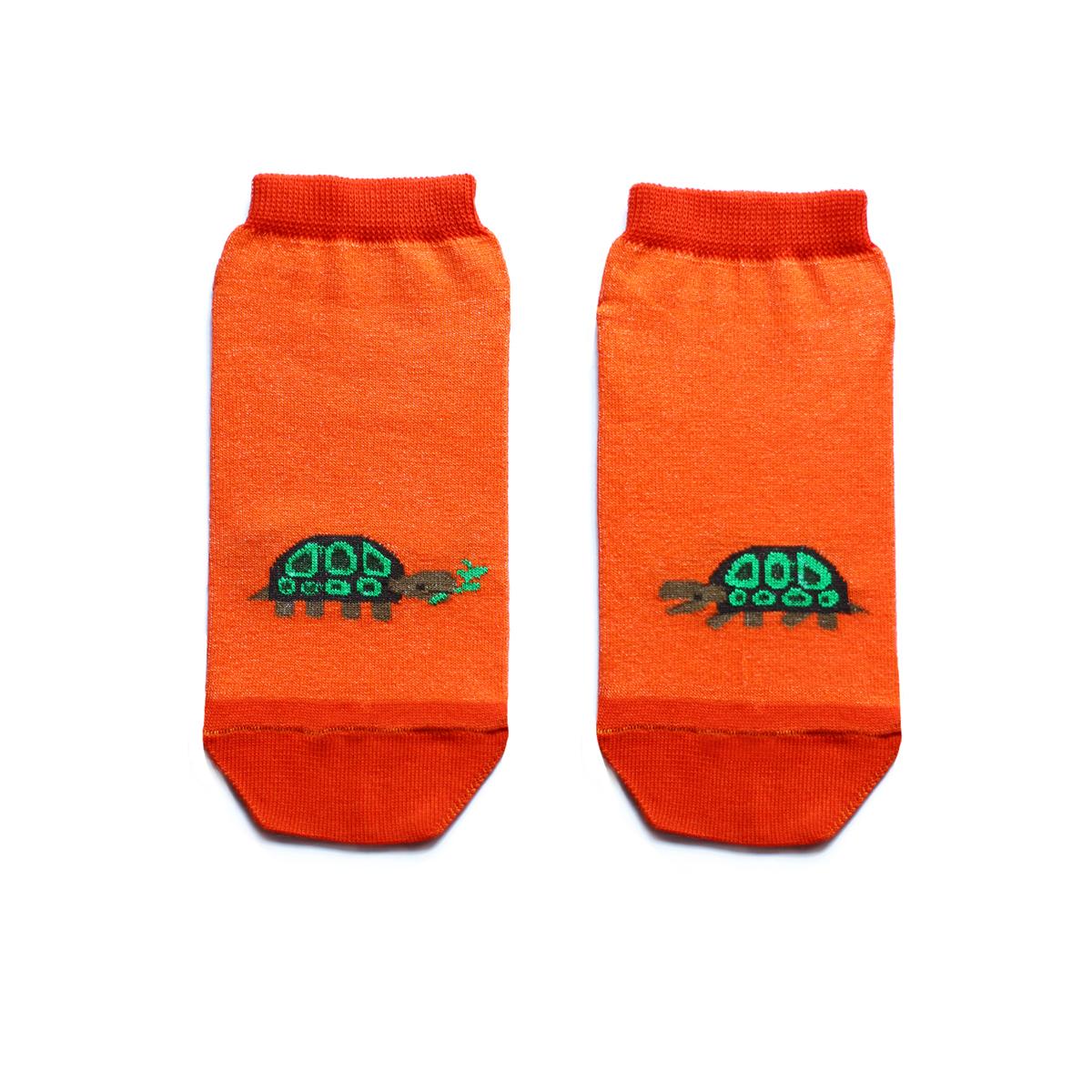 Носкиca1522Укороченные женские носки Big Bang Socks изготовлены из высококачественного хлопка с добавлением полиамидных и эластановых волокон, которые обеспечивают великолепную посадку. Носки отличаются ярким стильным дизайном, они оформлены изображением черепахи. Удобная резинка идеально облегает ногу и не пережимает сосуды, а усиленные пятка и мысок повышают износоустойчивость носка. Дизайнерские носки Big Bang Socks - яркая деталь в вашем образе и оригинальный подарок для друзей и близких.