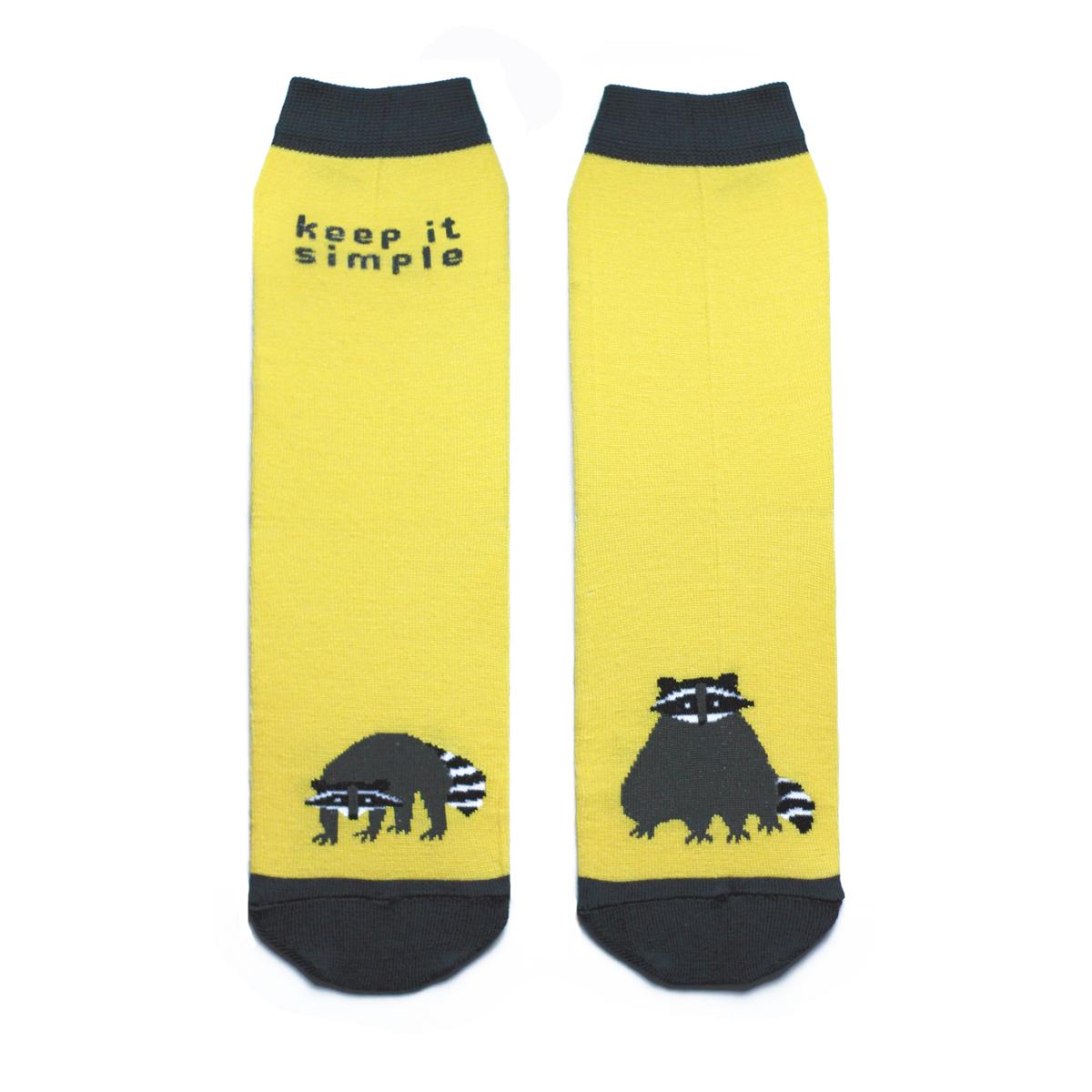 Носкиca1221Яркие женские носки Big Bang Socks изготовлены из высококачественного хлопка с добавлением полиамидных и эластановых волокон, которые обеспечивают великолепную посадку. Носки отличаются ярким стильным дизайном, они оформлены изображением енота и надписью: Keep it simple. Удобная резинка идеально облегает ногу и не пережимает сосуды, усиленные пятка и мысок повышают износоустойчивость носка, а удлиненный паголенок придает более эстетичный вид. Дизайнерские носки Big Bang Socks - яркая деталь в вашем образе и оригинальный подарок для друзей и близких.