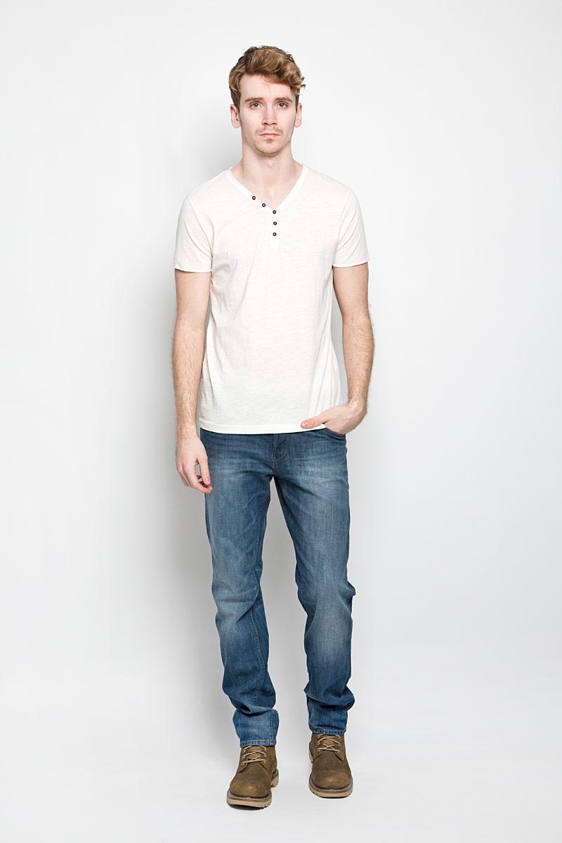 Футболка мужская Tom Tailor Denim, цвет: молочный. 1034445.62.12_2132. Размер XL (52)1034445.62.12_2132Стильная мужская футболка Tom Tailor выполнена из натурального хлопка. Материал очень мягкий и приятный на ощупь, обладает высокой воздухопроницаемостью и гигроскопичностью, позволяет коже дышать. Модель прямого кроя с V-образным вырезом горловины и короткими рукавами и застегивается на три пуговицы. Футболка спереди дополнена нашивкой с наименованием бренда, а сзади вышитым символом бренда. Такая модель подарит вам комфорт в течение всего дня и послужит замечательным дополнением к вашему гардеробу.