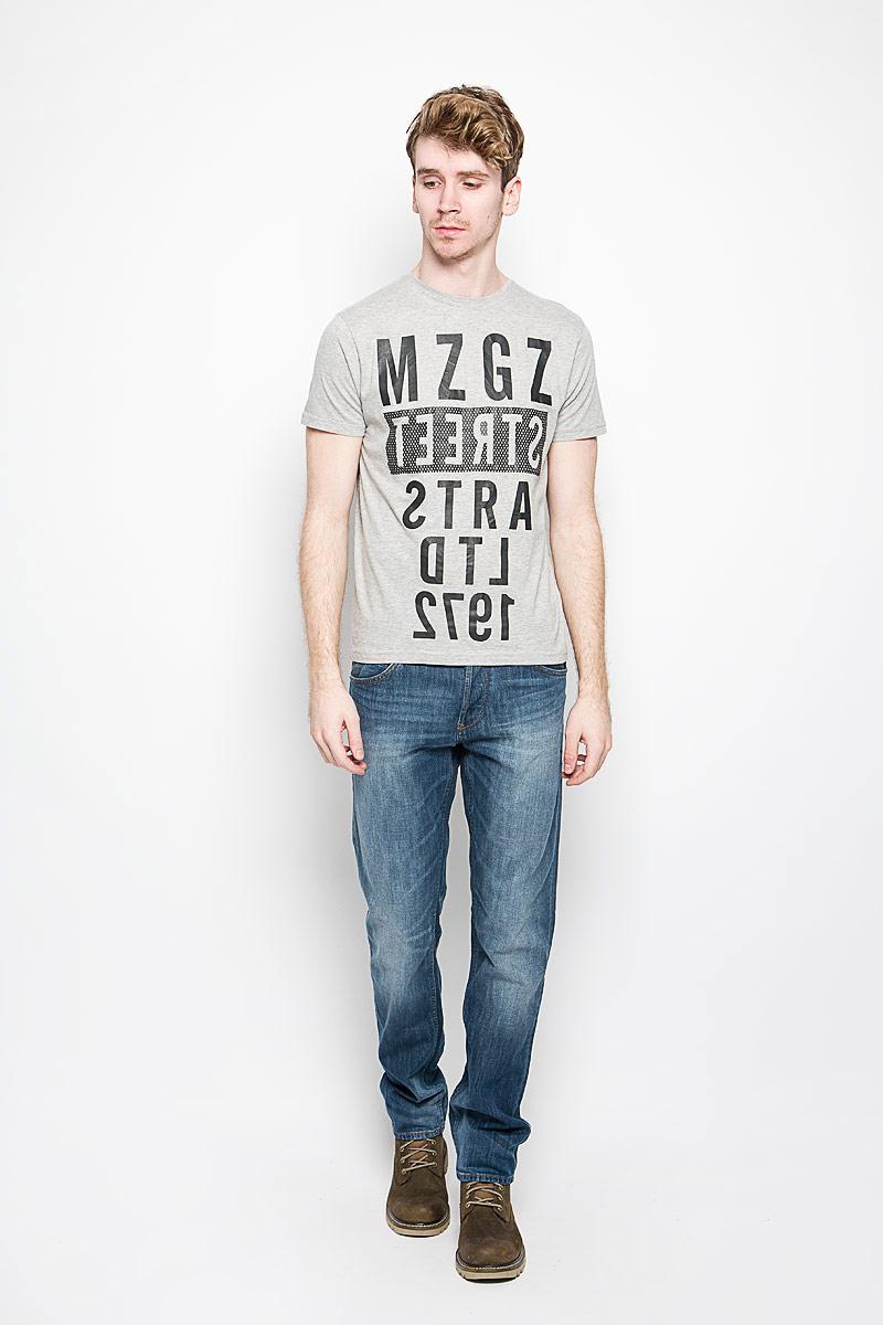 Футболка мужская MeZaGuZ, цвет: светло-серый, черный. Theboy/LIGHTGREYMEL. Размер XL (52)Theboy/LIGHTGREYMELСтильная мужская футболка MeZaGuZ выполнена из натурального хлопка. Материал очень мягкий и приятный на ощупь, обладает высокой воздухопроницаемостью и гигроскопичностью, позволяет коже дышать. Модель прямого кроя с круглым вырезом горловины и короткими рукавами. Горловина обработана трикотажной резинкой, которая предотвращает деформацию после стирки и во время носки. Футболка дополнена оригинальным принтом в виде надписей на английском языке.Такая модель подарит вам комфорт в течение всего дня и послужит замечательным дополнением к вашему гардеробу.