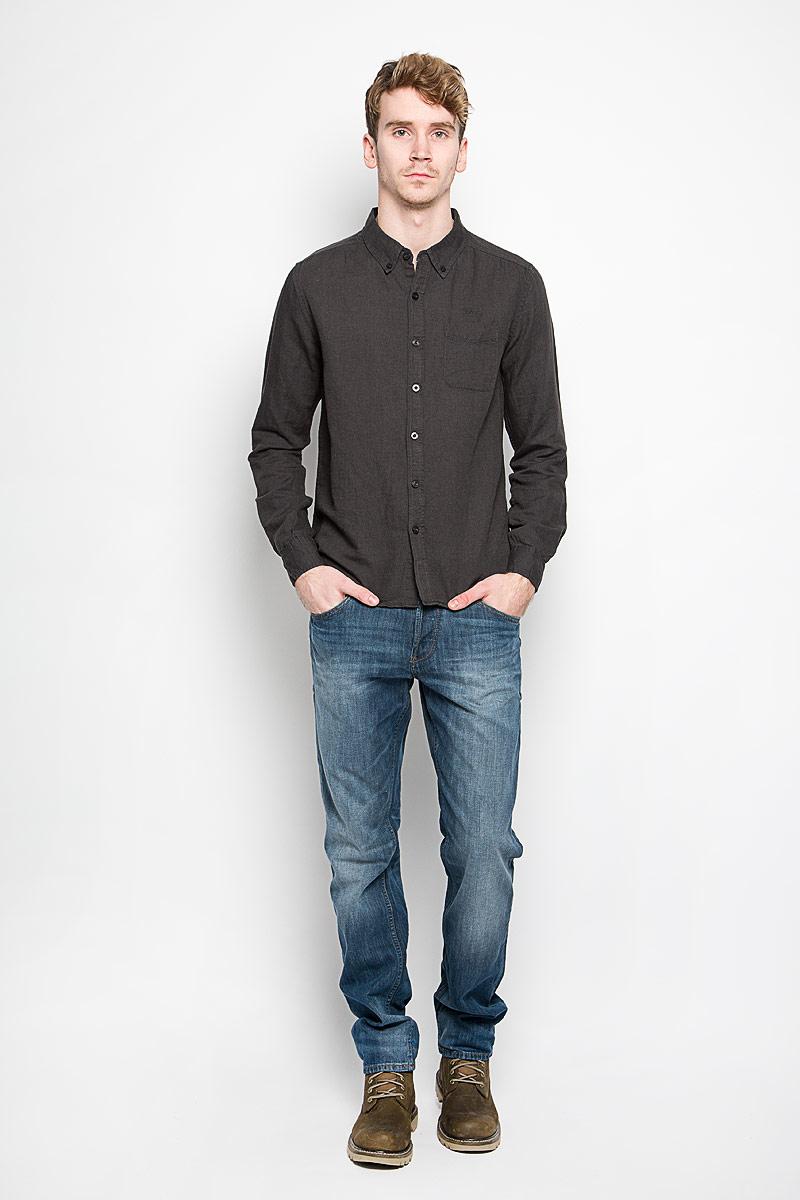 РубашкаDalton_Optical WhiteМодная мужская рубашка MeZaGuZ, изготовленная из хлопка и льна, прекрасно подойдет для повседневной носки. Изделие очень мягкое и приятное на ощупь, не сковывает движения и хорошо пропускает воздух. Рубашка с отложным воротником и длинными рукавами застегивается на пуговицы по всей длине. Манжеты на рукавах также имеют застежки-пуговицы. На груди расположен накладной карман. Изделие украшено вышитой надписью с названием бренда. Такая модель будет дарить вам комфорт в течение всего дня и станет стильным дополнением к вашему гардеробу.