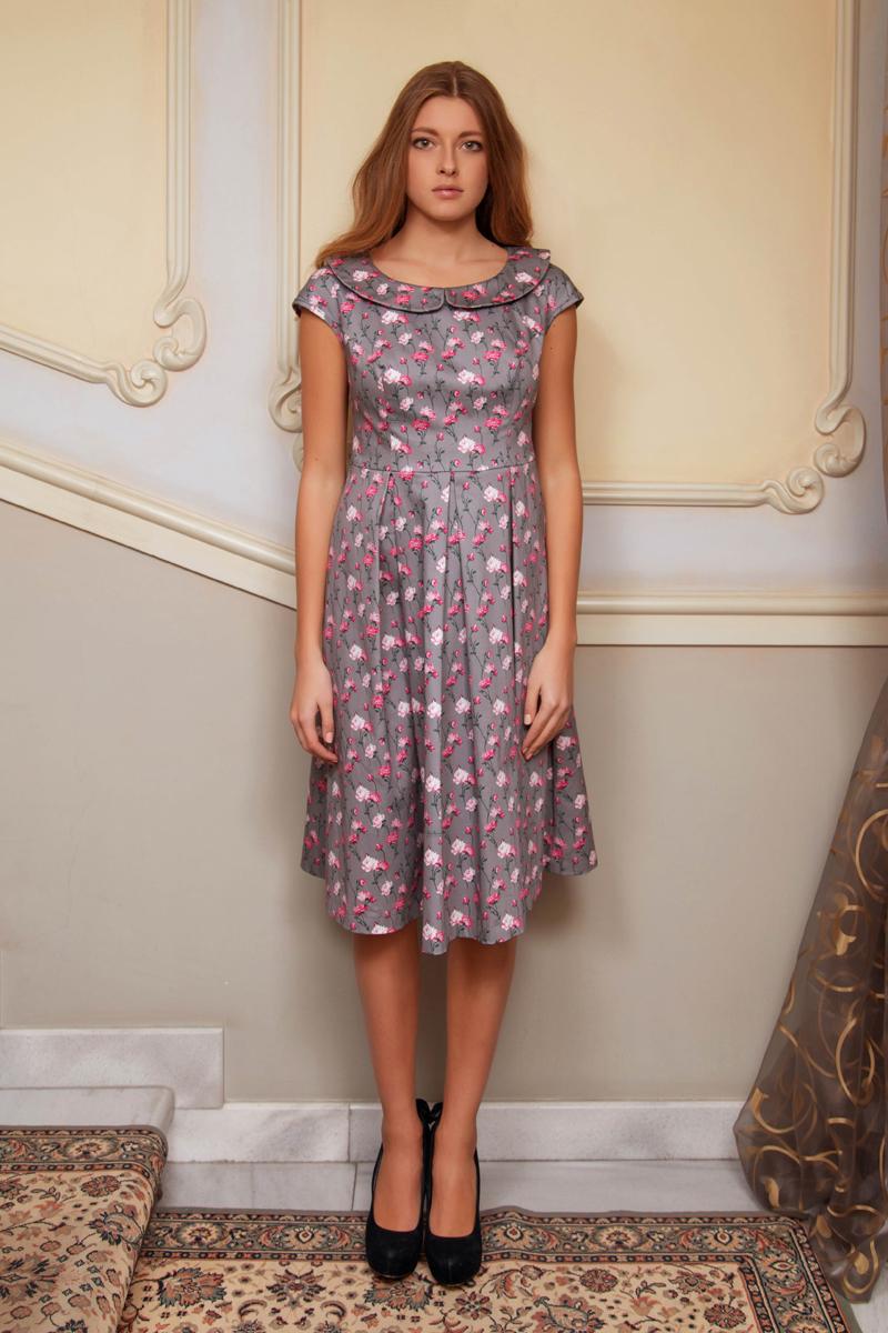 ПлатьеP42K-22Элегантное платье Анна Чапман подарит удобство и поможет вам подчеркнуть свой вкус и неповторимый стиль. Платье изготовлено из плотного эластичного хлопка, оно мягкое на ощупь, не раздражает кожу и хорошо вентилируется. Изделие оформлено принтом розы, который создает нежный и романтический образ. Модель с круглым вырезом горловины, дополненным отложным воротником и короткими цельнокроеными рукавами застегивается сбоку на потайную застежку-молнию. Платье идеально сидит, благодаря правильным выточкам и расклешенной юбке, что придает силуэту еще более утонченный вид и подчеркивает талию. В таком наряде вы несомненно окажетесь в центре внимания.