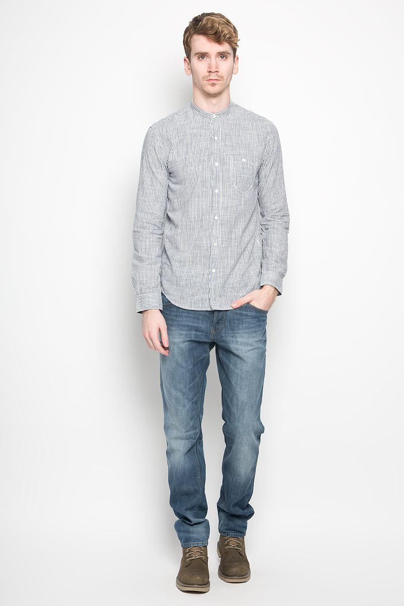 Рубашка2031438.00.12_2000Модная мужская рубашка Tom Tailor Denim прекрасно подойдет для повседневной носки. Благодаря своему составу, в который входит натуральный хлопок, изделие очень мягкое и приятное на ощупь, не сковывает движения и хорошо пропускает воздух. Рубашка с воротником-стойкой и длинными рукавами застегивается на пуговицы по всей длине. На рукавах предусмотрены манжеты с застежкой на пуговицы. Спереди модель дополнена накладным карманом, который застегивается на пуговицу, а сзади вышитым логотипом фирмы. По всей длине рубашка оформлена принтом в вертикальную полоску. Такая модель будет дарить вам комфорт в течение всего дня и станет стильным дополнением к вашему гардеробу.