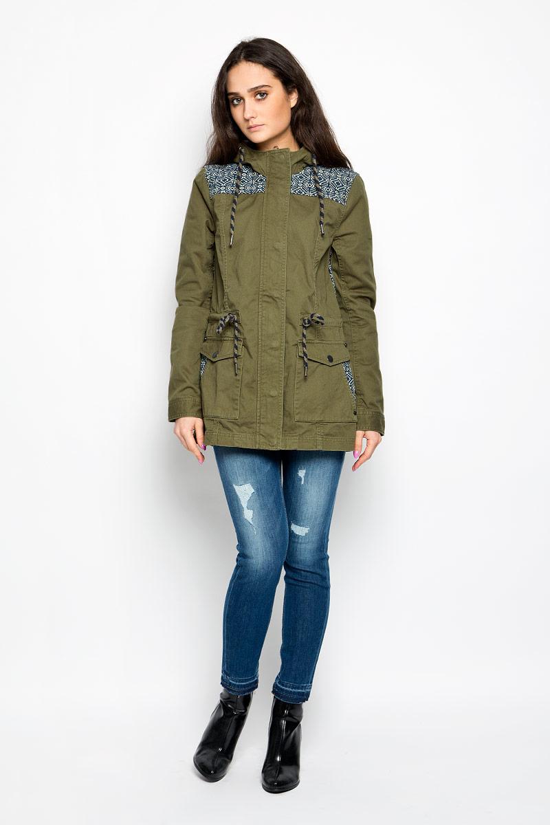 Куртка3532564.00.71_7687Стильная женская удлиненная куртка Tom Tailor Denim, выполненная из высококачественного плотного материала, рассчитана на прохладную погоду. Она поможет вам почувствовать себя максимально комфортно и стильно. Модель с длинными рукавами и несъемным капюшоном застегивается на застежку-молнию и дополнительно ветрозащитным клапаном на металлические кнопки. Капюшон и линия талии дополнены утягивающими шнурками. Манжеты рукавов застегиваются на кнопки. Спереди имеются два накладных кармана на кнопках, на которых расположены прорезные карманы. Оформлено изделие контрастными вставками с оригинальным принтом. Такая куртка станет отличным дополнением вашего гардероба.