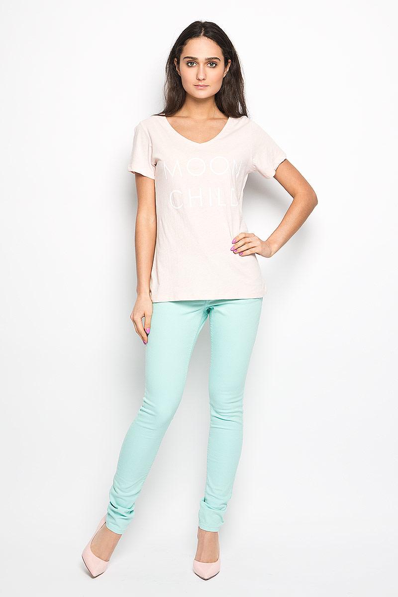 Футболка10156280_05BСтильная женская футболка Broadway Betty актуального фасона, выполненная из натурального хлопка, будет отлично на вас смотреться. Модель с V-образным вырезом горловины и короткими рукавами оформлена оригинальной надписью. Классический покрой, лаконичный дизайн, безукоризненное качество. Идеальный вариант для тех, кто ценит комфорт и практичность.