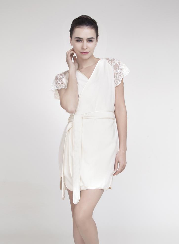 ХалатCAROLINAЭлегантный халат ISSIMO - это женственный дизайн и благородные оттенки. Халат исполнен из бамбуковой ткани с добавлением хлопка, бархатистый на ощупь. Изделие с запахом, на поясе, дополнено декоративными кружевными вставками на рукавах, шелковистой окантовкой выреза, пояска, низа. Мягкий поясок прилагается. Такой халат - это изящное решение для носки дома и после душа.