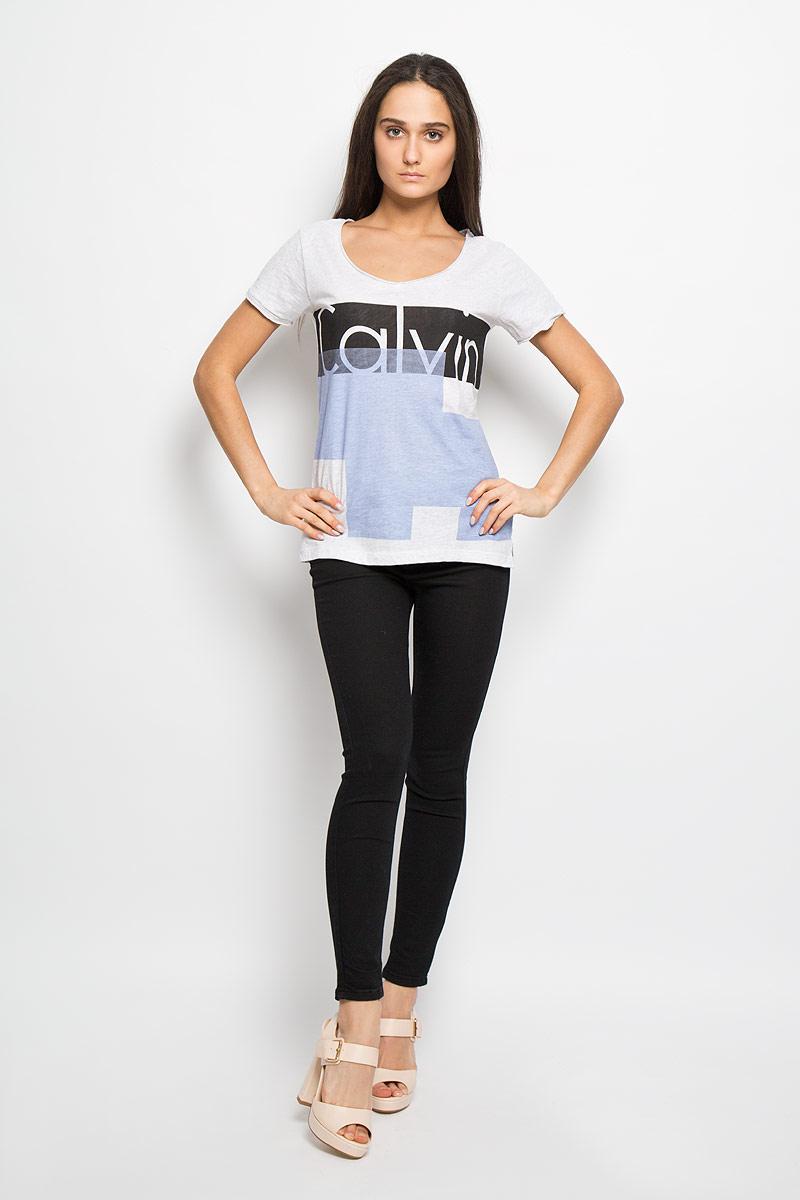 ФутболкаB466008_MILKЖенская футболка Calvin Klein Jeans поможет создать отличный современный образ в стиле Casual. Модель, изготовленная из 100% хлопка, очень мягкая, тактильно приятная, не сковывает движения и хорошо пропускает воздух. Футболка с V-образным вырезом горловины и короткими рукавами оформлена спереди оригинальным принтом и названием бренда. Нижняя часть модели по боковым швам оформлена разрезами. Вырез горловины и рукава выполнены с эффектом необработанных краев. Такая футболка станет стильным дополнением к вашему гардеробу, она подарит вам комфорт в течение всего дня!