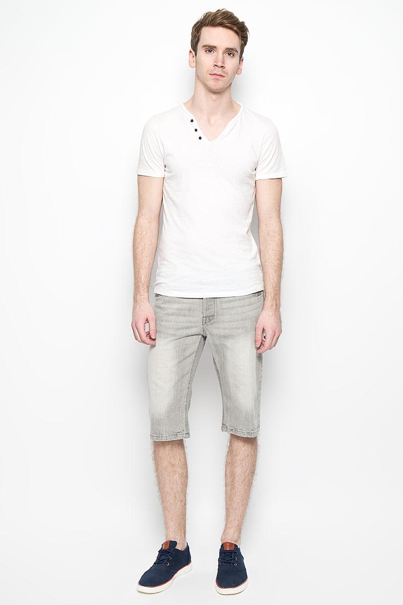Шорты мужские MeZaGuZ, цвет: светло-серый. Flavor. Размер 40 (48)Flavor_Bleach GreyМужские джинсовые шорты MeZaGuZ, изготовленные из натурального хлопка, станут отличным дополнением к вашему гардеробу. Материал изделия плотный, приятный на ощупь, хорошо пропускает воздух. Шорты на поясе застегиваются на металлическую пуговицу и имеют ширинку на застежках-пуговицах, а также шлевки для ремня. Модель имеет классический пятикарманный крой: спереди - два втачных кармана и один маленький накладной, а сзади - два накладных кармана. Шорты оформлены эффектом потертости, перманентными складками, украшены контрастной прострочкой и металлическим клепками.Дизайн и расцветка делают эту модель модным предметом мужской одежды. В таких шортах вы всегда будете чувствовать себя уверенно и комфортно.