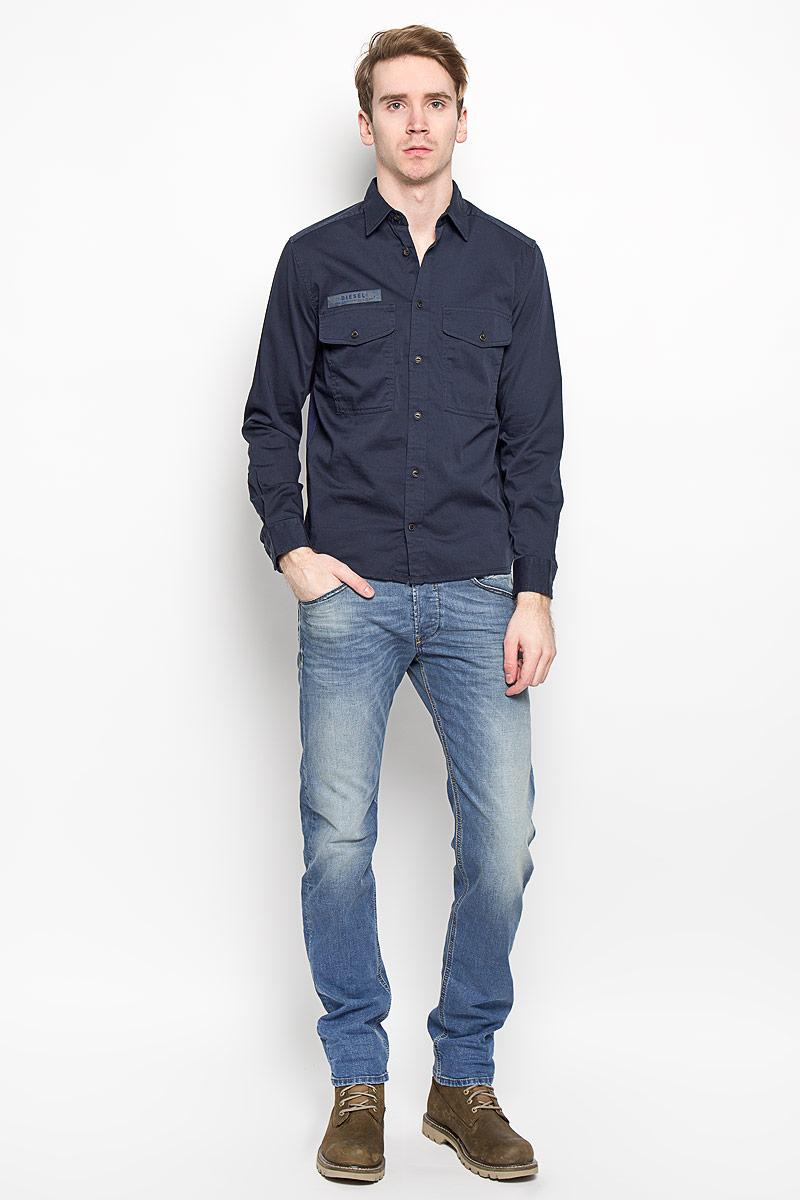 Рубашка00SP4M-0HAKG/81EСтильная мужская рубашка Diesel, выполненная их хлопка с добавлением эластана, обладает высокой воздухопроницаемостью и гигроскопичностью, позволяет коже дышать, тем самым обеспечивая наибольший комфорт при носке даже самым жарким летом. Модель с длинными рукавами и отложным воротником застегивается на пуговицы по всей длине. Спереди рубашка дополнена двумя накладными карманами, которые застегиваются на пуговицы, а также декоративной нашивкой с названием бренда. Эта модная и удобная рубашка послужит замечательным дополнением к вашему гардеробу.