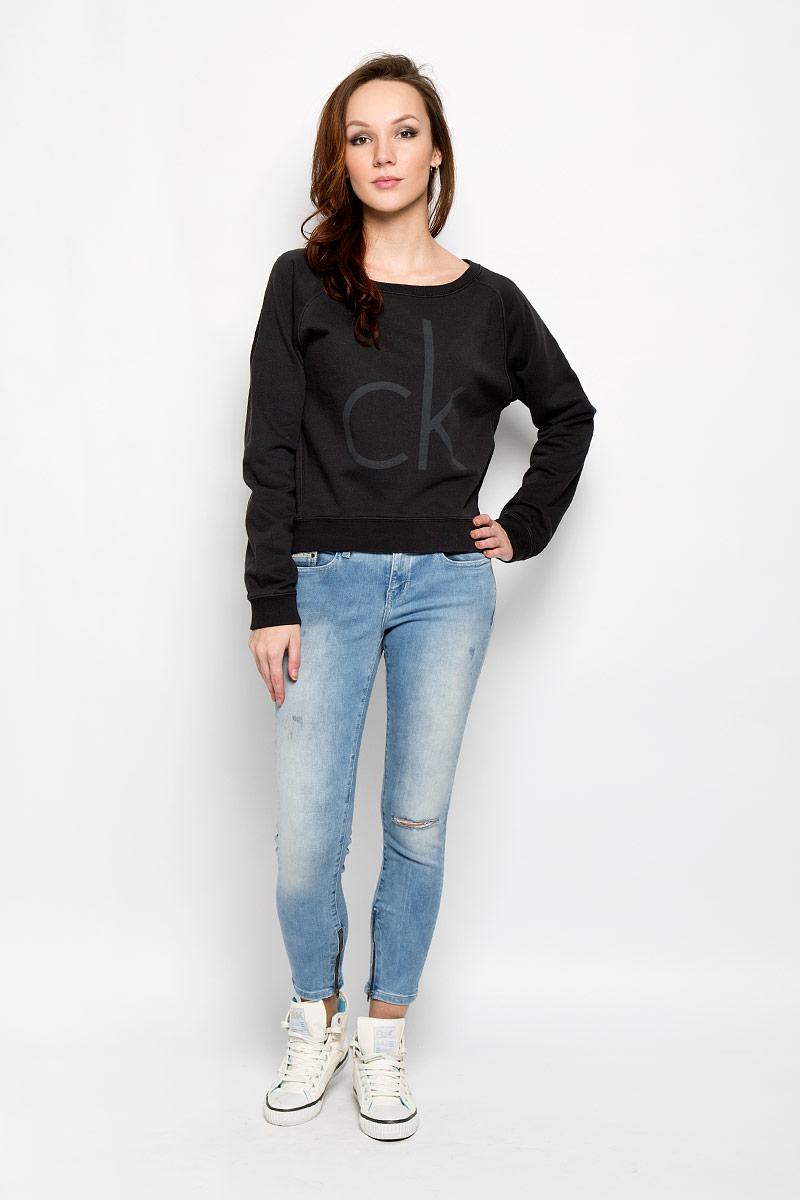 ДжемперJ2EJ204355_9650Стильный женский джемпер от Calvin Klein, выполненный из высококачественного материала, будет отличным дополнением в вашем гардеробе. Модель прямого кроя с длинными рукавами-реглан и круглым вырезом горловины оформлена оригинальным принтом и небольшой металлической нашивкой с названием бренда. Вырез горловины, манжеты и низ кофты выполнены вязкой резинка. Спинка немного удлинена. Классический покрой, лаконичный дизайн, безукоризненное качество. Идеальный вариант для тех, кто ценит комфорт и качество.