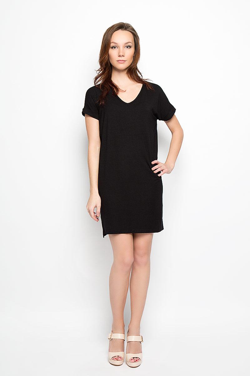ПлатьеL-SU-2010_BlackСтильное платье Moodo, выполненное из высококачественного материала, прекрасный вариант для модниц. Ткань платья очень мягкая, тактильно приятная, не сковывает движения и хорошо пропускает воздух. Модель с V-образным вырезом горловины и короткими рукавами имеет прямой крой. Рукава дополнены декоративными отворотами. Спинка модели слегка удлинена, по бокам предусмотрены разрезы. Лаконичный дизайн и совершенство стиля подчеркнут вашу индивидуальность.