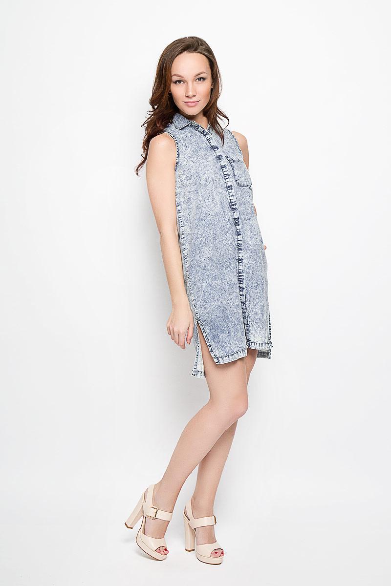 ПлатьеL-SU-2014_BlueДжинсовое платье Moodo поможет создать яркий и стильный образ. Изготовленное из натурального хлопка, оно легкое, мягкое и приятное на ощупь, позволяет коже дышать. Модель с отложным воротником застегивается по всей длине на кнопки, скрытые за планкой. На груди расположен накладной карман. Спинка модели слегка удлинена, по бокам предусмотрены небольшие разрезы. Такое платье займет достойное место в вашем гардеробе, а также подарит вам комфорт в течение всего дня.