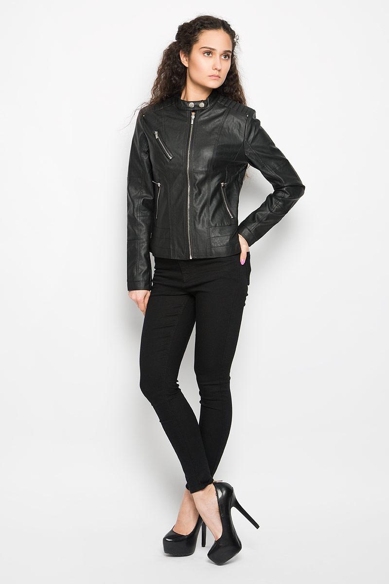 КурткаL-KU-2001_BLACKСтильная женская куртка Moodo, изготовленная из полиуретана и полиэстера на подкладке из 100% полиэстера, смотрится модно и стильно. Куртка с небольшим воротником-стойкой на кнопках застегивается на металлическую застежку-молнию. На груди предусмотрен прорезной карман на застежке-молнии. Понизу имеются два прорезных кармашка на застежках-молниях. Куртка оформлена фактурной поверхностью, металлическими заклепками, на плечах - декоративной прострочкой, что придает изделию оригинальность. Такая куртка обеспечит вам не только красивый внешний вид и комфорт, но и дополнительную защиту от прохладной погоды.