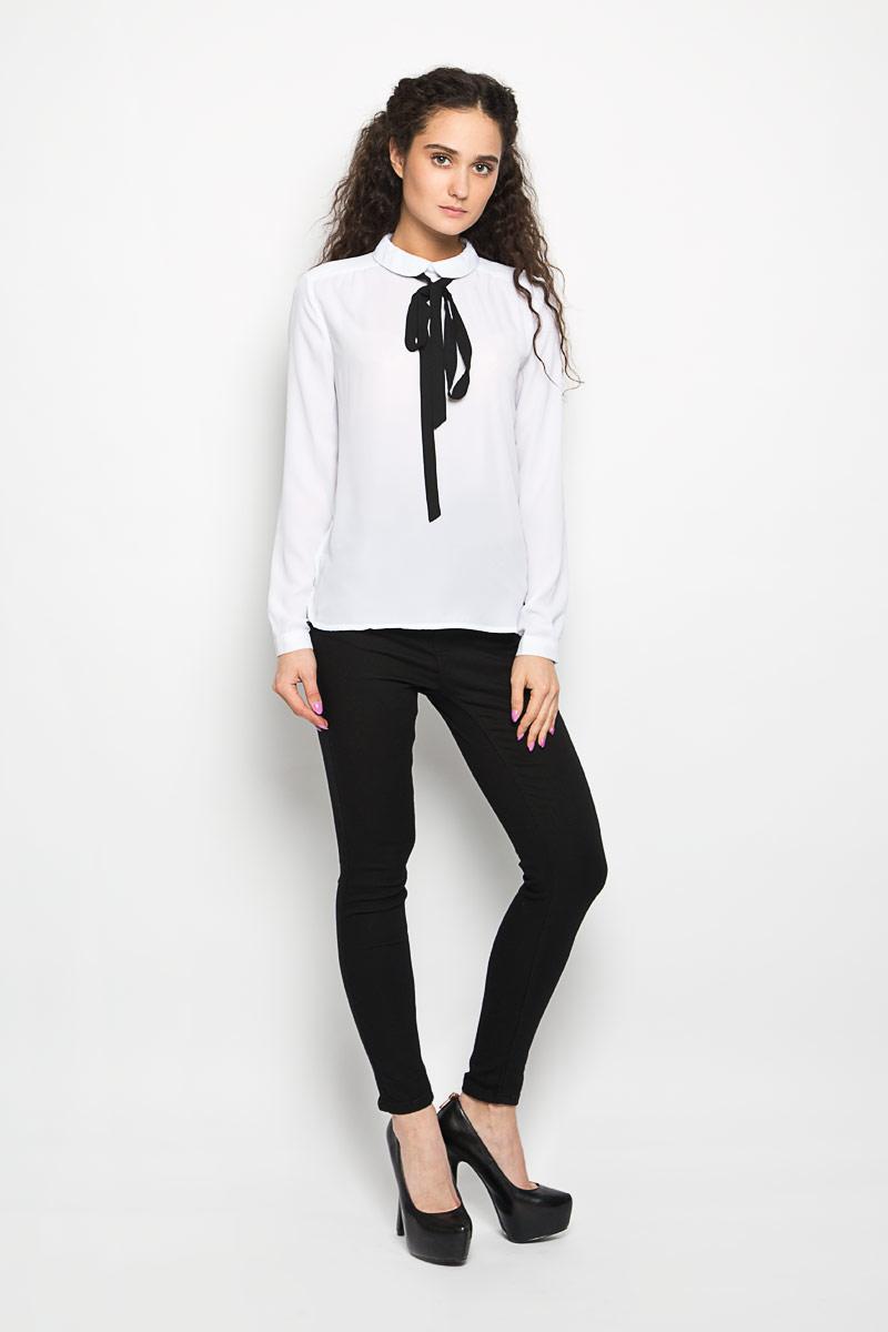 БлузкаL-KO-2008_WHITEСтильная женская блуза Moodo, выполненная из 100% полиэстера, подчеркнет ваш уникальный стиль. Модная блузка свободного кроя с длинными рукавами и отложным воротником поможет вам создать неповторимый образ. Однотонная блуза великолепно сочетается с любыми нарядами. Блуза сзади застегивается на небольшую пуговичку, и дополнена контрастным тонким шарфиком. Рукава оснащены манжетами на пуговицах. Такая блузка будет дарить вам комфорт в течение всего дня и послужит замечательным дополнением к вашему гардеробу.