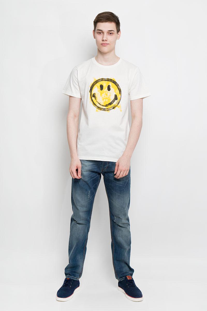 Футболка мужская Dedicated, цвет: молочный, желтый, черный. 14309. Размер M (46)14309Отличная мужская футболка Dedicated выполненная из натурального хлопка, обладает высокой теплопроводностью, воздухопроницаемостью и гигроскопичностью, позволяет коже дышать. Модель прямого покроя с круглым вырезом горловины и короткими рукавами. Горловина обработана трикотажной резинкой, которая предотвращает деформацию после стирки и во время носки. Спереди футболка дополнена оригинальным принтом в виде смайла.Такая футболка подарит вам комфорт в течение всего дня.