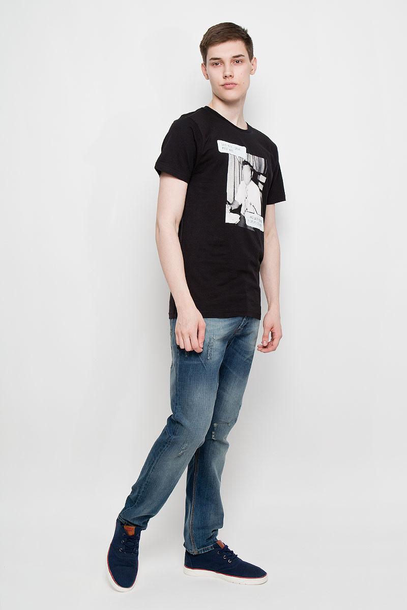 Футболка14564Мужская футболка Dedicated Forever Working поможет создать отличный современный образ в стиле Casual. Модель, изготовленная на натурального хлопка, очень мягкая, тактильно приятная, не сковывает движения и позволяет коже дышать. Футболка с круглым вырезом горловины и короткими рукавами спереди оформлена оригинальным принтом. Вырез горловины дополнен трикотажной резинкой. Такая футболка станет стильным дополнением к вашему гардеробу, она подарит вам комфорт в течение всего дня!