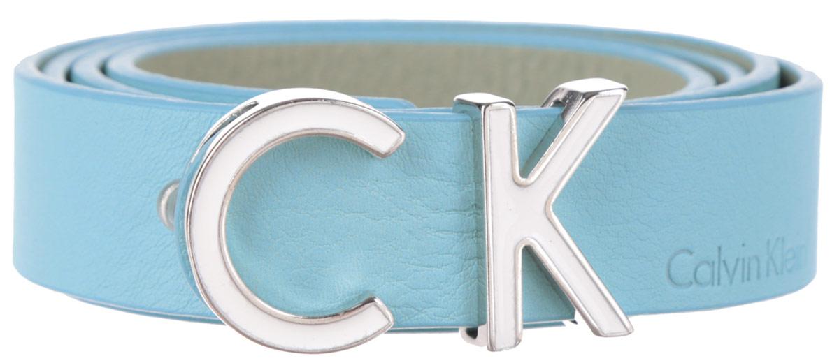 Ремень женский Calvin Klein, цвет: голубой. K60K601090_3030. Размер 9591/0213/030Стильный женский ремень Calvin Klein Jeans станет великолепным дополнением к любому образу.Ремень изготовлен из натуральной кожи и оформлен декоративной пряжкой в виде букв CK и тиснением в виде названия бренда. Ширина изделия дает возможность эффективно применять его с джинсами, брюками или верхней одеждой. Длина ремня регулируется. В комплект входит фирменный чехол.Такой ремень шикарно дополнит образ и не перегрузит его лишними деталями, а также позволит вам подчеркнуть свой вкус и индивидуальность.