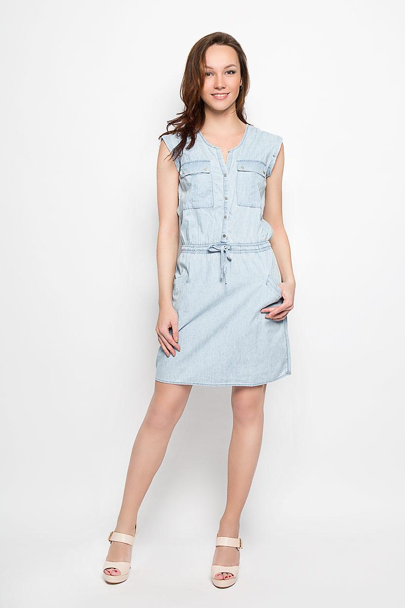 Платье Moodo, цвет: голубой. L-SU-2015. Размер M (46)L-SU-2015_BlueДжинсовое платье Moodo поможет создать яркий и стильный образ. Изготовленное из натурального хлопка, оно легкое, мягкое и приятное на ощупь, позволяет коже дышать.Модель с V-образным вырезом горловины застегивается спереди на кнопки. Пояс дополнен вшитой эластичной резинкой и затягивающимся шнурком. Спереди расположены два накладных кармана с клапанами на кнопках и два втачных кармана. Такое платье займет достойное место в вашем гардеробе, а также подарит вам комфорт в течение всего дня.