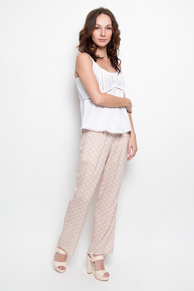 Брюки10156269 392Стильные женские брюки Broadway, выполненные из материала высочайшего качества, позволят вам создать неповторимый, запоминающийся образ. Свободная модель на широкой резинке спереди дополнена двумя втачными карманами. Прямые брюки оформлены оригинальным принтом. Эти модные брюки послужат отличным дополнением к вашему гардеробу. В них вы всегда будете чувствовать себя уверенно и удобно.