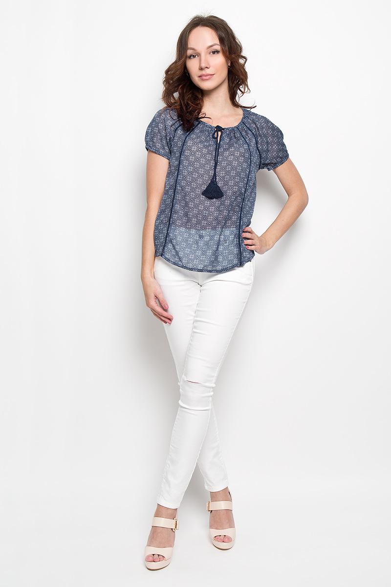 Блузка женская Broadway Estera, цвет: темно-синий. 10156253 598. Размер L (48)10156253 598Стильная женская блуза Broadway Estera, выполненная из 100% полиэстера, подчеркнет ваш уникальный стиль и поможет создать оригинальный женственный образ. Легкая блузка с круглым вырезом горловины, который дополнен завязками с кисточками, и короткими рукавами оформлена оригинальным принтом. Спинка блузки слегка удлинена.Модель идеально подойдет для жарких летних дней. Такая блузка будет дарить вам комфорт в течение всего дня и послужит замечательным дополнением к вашему гардеробу.