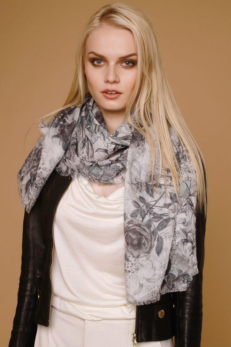 ПалантинAM-9916-3Стильный женский палантин Laura Milano станет великолепным завершением любого наряда. Палантин изготовлен из модала с добавлением шерсти и оформлен цветочным притом. По краю модель украшена неширокой бахромой. Изящный палантин поможет вам создать изысканный женственный образ, а также согреет в непогоду.