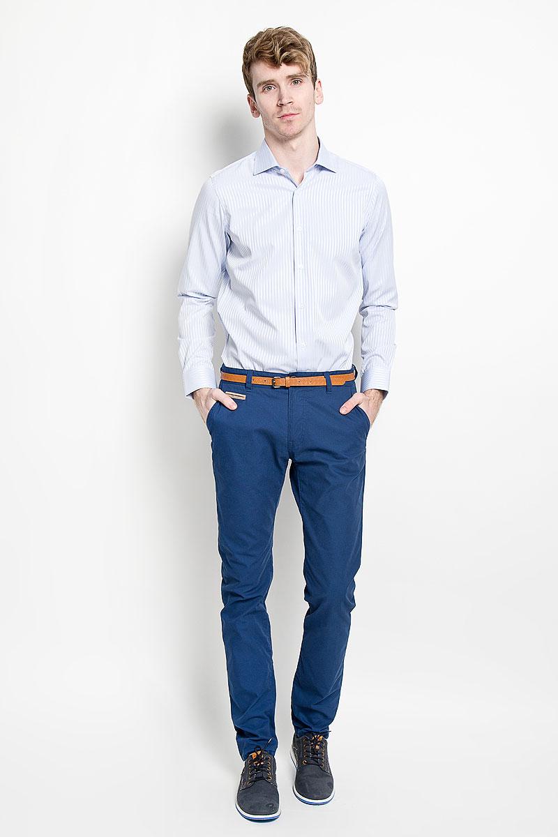 РубашкаSW 46_02Мужская рубашка KarFlorens изготовлена из высококачественного хлопка с добавлением микрофибры. Необычайно мягкая и приятная на ощупь, модель не сковывает движения и позволяет коже дышать, обеспечивая комфорт. Модель с длинными рукавами и отложным воротником застегивается на пуговицы, оформленные тиснением с названием бренда. Закругленные манжеты с регулировкой ширины также застегиваются на пуговицы. На спинке изделие оформлено двумя защипами. Низ модели имеет округлую форму. Оформлено изделие принтом в полоску. Такая рубашка станет идеальным вариантом для повседневного гардероба. Она порадует настоящих ценителей комфорта и практичности!
