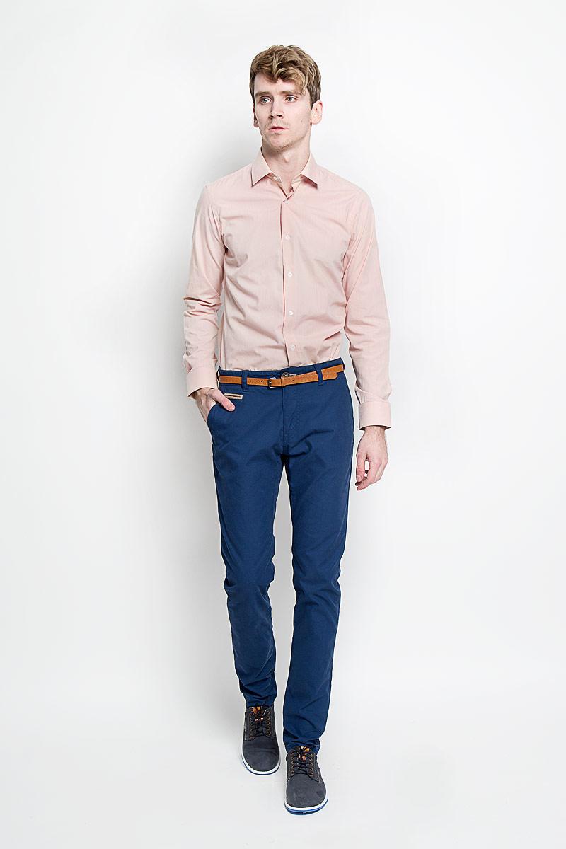 РубашкаSW 49-03Стильная мужская рубашка KarFlorens, изготовленная из высококачественного хлопка с добавлением микрофибры, необычайно мягкая и приятная на ощупь, не сковывает движения и позволяет коже дышать, обеспечивая наибольший комфорт. Модная рубашка с отложным воротником, длинными рукавами и полукруглым низом застегивается на пластиковые пуговицы. Пуговицы декорированы логотипом бренда. Манжеты рукавов с застежкой на пуговицы имеют срезанные уголки и регулируются по ширине. На правом манжете - вышивка с логотипом бренда. Эта рубашка станет идеальным вариантом для мужского гардероба, она прекрасно сочетается и с брюками, и с джинсами. Такая модель порадует настоящих ценителей комфорта и практичности!