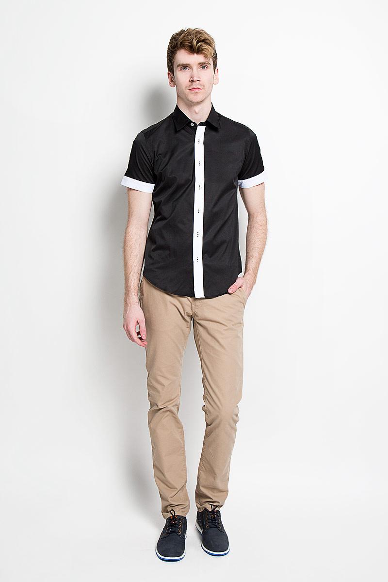 РубашкаSW 69_01Мужская рубашка KarFlorens, изготовленная из высококачественного хлопка с добавлением микрофибры, необычайно мягкая и приятная на ощупь, она не сковывает движения и позволяет коже дышать, обеспечивая комфорт. Модель с короткими рукавами и отложным воротником застегивается на пластиковые пуговицы, которые декорированы названием бренда. Планка и края рукавов - контрастного цвета. Такая рубашка станет идеальным вариантом для повседневного гардероба. Она порадует настоящих ценителей комфорта и практичности!