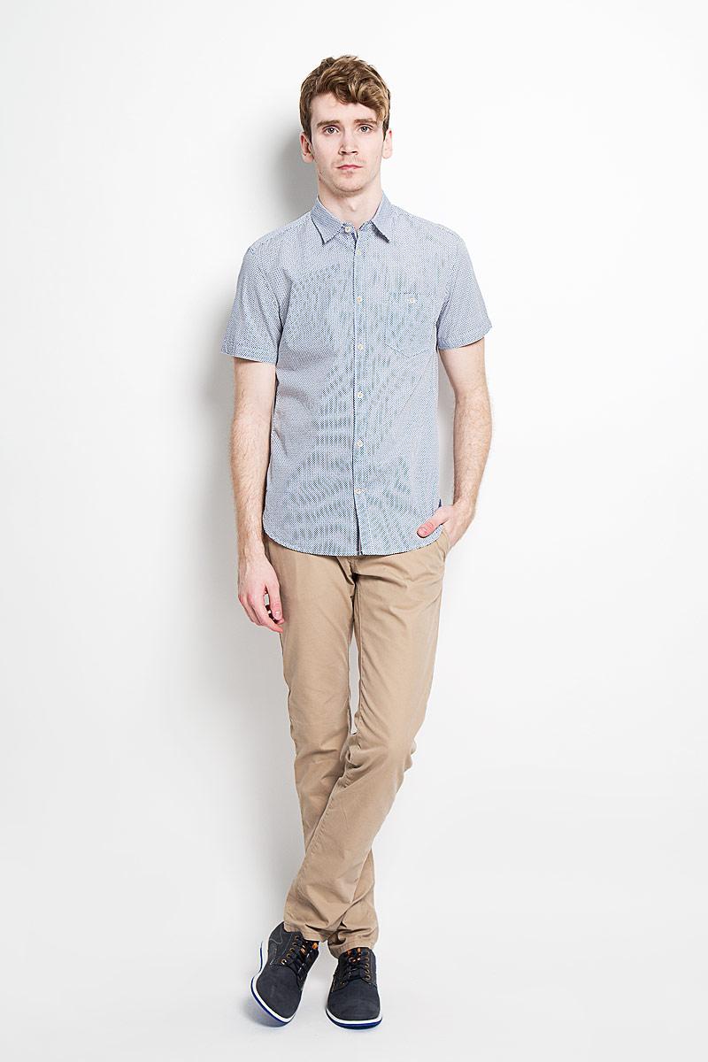 Рубашка мужская Tom Tailor, цвет: белый, синий. 2031523.00.10_2000. Размер M (48)2031523.00.10_2000Стильная мужская рубашка Tom Tailor, изготовленная из высококачественного хлопка, необычайно мягкая и приятная на ощупь, не сковывает движения и позволяет коже дышать, обеспечивая наибольший комфорт.Модная рубашка классического кроя с отложным воротником, короткими рукавами и полукруглым низом застегивается на пластиковые пуговицы. Пуговицы украшены логотипом Tom Tailor. Рубашка оформлена оригинальным принтом и дополнена нашивным карманом на пуговице слева на груди. На спинке нашивка логотипа бренда. Эта рубашка идеально подойдет для повседневного гардероба.Такая модель порадует настоящих ценителей комфорта и практичности!