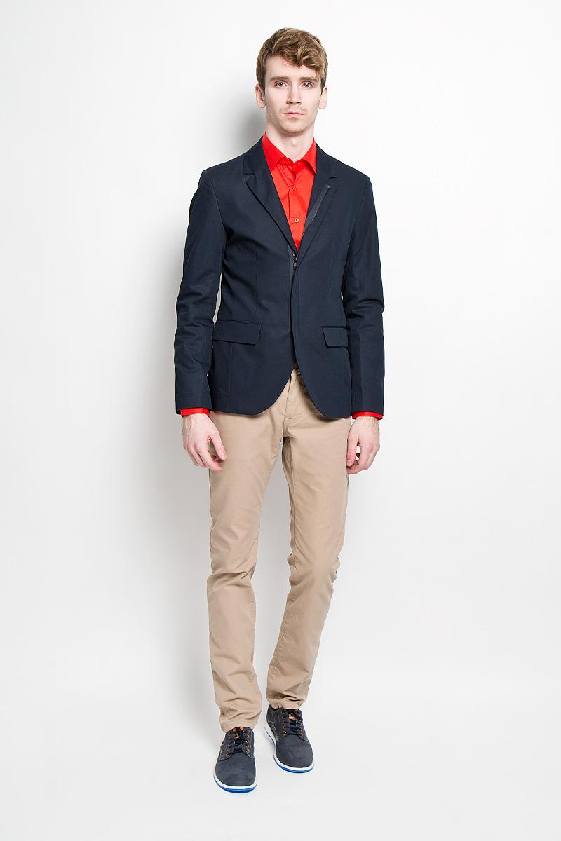Пиджак3922496.00.15_6911Стильный мужской пиджак Tom Tailor, изготовленный из плотного хлопкового материала с добавлением льна, не сковывает движений, обеспечивая наибольший комфорт. Модель приталенного кроя с длинными рукавами и воротником с лацканами застегивается спереди на застежку-молнию. Пиджак дополнен двумя накладными карманами. На внутренней стороне - врезной потайной карман на пуговице и один врезной кармана без застежки. На спинке предусмотрена шлица, расположенная в среднем шве. Этот модный пиджак станет отличным дополнением к вашему гардеробу.