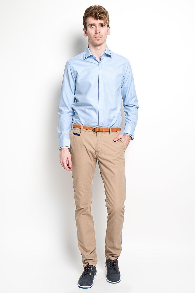 РубашкаSW 52-01Стильная мужская рубашка KarFlorens, изготовленная из высококачественного хлопка с добавлением микрофибры, необычайно мягкая и приятная на ощупь, не сковывает движения и позволяет коже дышать, обеспечивая наибольший комфорт. Модная рубашка с отложным воротником, длинными рукавами и полукруглым низом застегивается на пластиковые пуговицы. Изделие имеет потайную планку с пуговицами. Пуговицы декорированы логотипом бренда. Рукава дополнены манжетами на пуговицах. Воротник и манжеты оформлены оригинальным орнаментом пунктир. На правой манжете - вышивка с логотипом бренда. Сзади рубашка украшена неширокой складкой- планкой вдоль всей спины. Эта рубашка станет идеальным вариантом для мужского гардероба. Такая модель порадует настоящих ценителей комфорта и практичности!
