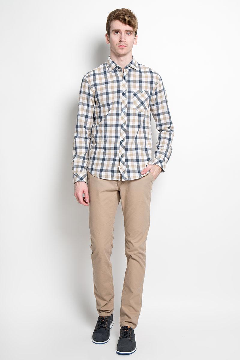 Рубашка мужская Tom Tailor Denim, цвет: бежевый, белый, синий. 2031777.00.12_8579. Размер XXL (54)2031777.00.12_8579Мужская рубашка Tom Tailor Denim, выполненная из натурального 100% хлопка, прекрасно подойдет для повседневной носки. Материал очень легкий, мягкий и приятный на ощупь, не сковывает движения и позволяет коже дышать. Рубашка классического кроя с отложным воротником и длинными рукавами застегивается на пластиковые пуговицы по всей длине. На груди предусмотрен накладной карман, который также застегивается на пуговицу. Низ изделия имеет округлую форму. Такая модель будет дарить вам комфорт в течение всего дня и станет стильным дополнением к вашему гардеробу.