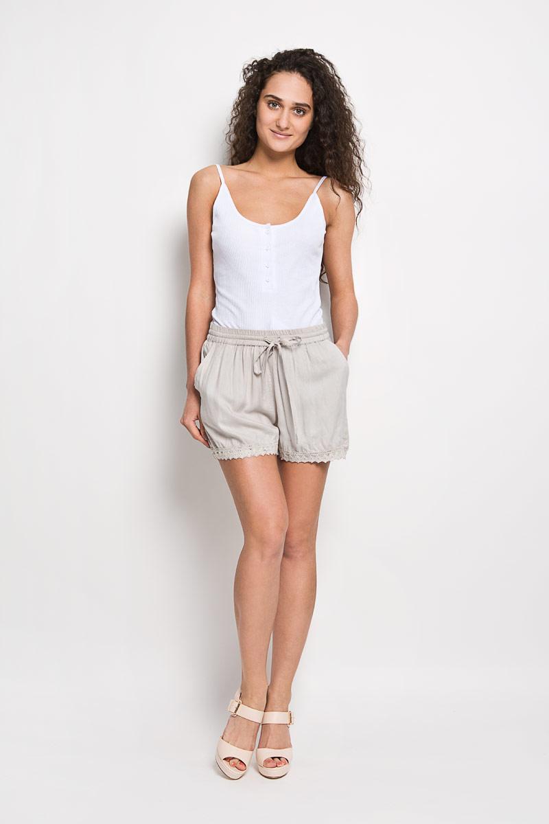 Шорты10156334 053Короткие женские шорты Broadway Frangsca станут прекрасным дополнением к летнему гардеробу. Они изготовлены из вискозы, мягкие и приятные на ощупь, не сковывают движения, обеспечивая наибольший комфорт. Модель на талии имеет широкую эластичную резинку с затягивающимся шнурком. Спереди шорты дополнены двумя втачными карманами со скошенными краями. Низ брючин оформлен вязаными вставками. Эти шорты - идеальный вариант для жарких летних дней.