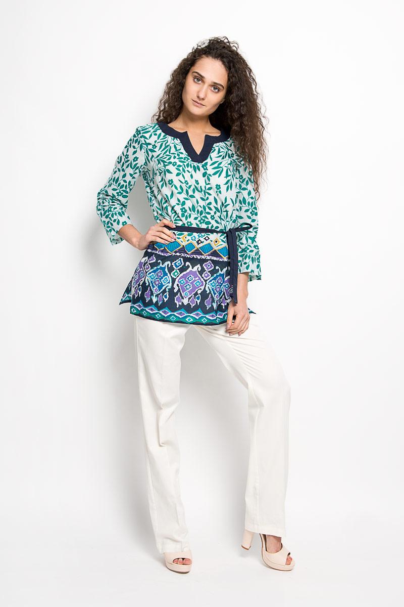 БлузкаS16-14009Стильная женская блуза Finn Flare, выполненная из натурального хлопка, подчеркнет ваш уникальный стиль и поможет создать оригинальный женственный образ. Удлиненная блузка с рукавами 3/4 и V-образным вырезом горловины оформлена оригинальным цветочным принтом. Модель дополнена узким текстильным поясом. На рукавах располагаются хлястики с пуговицами, позволяющие регулировать длину рукавов. Такая блузка идеально подойдет для жарких летних дней. Такая блузка будет дарить вам комфорт в течение всего дня и послужит замечательным дополнением к вашему гардеробу.