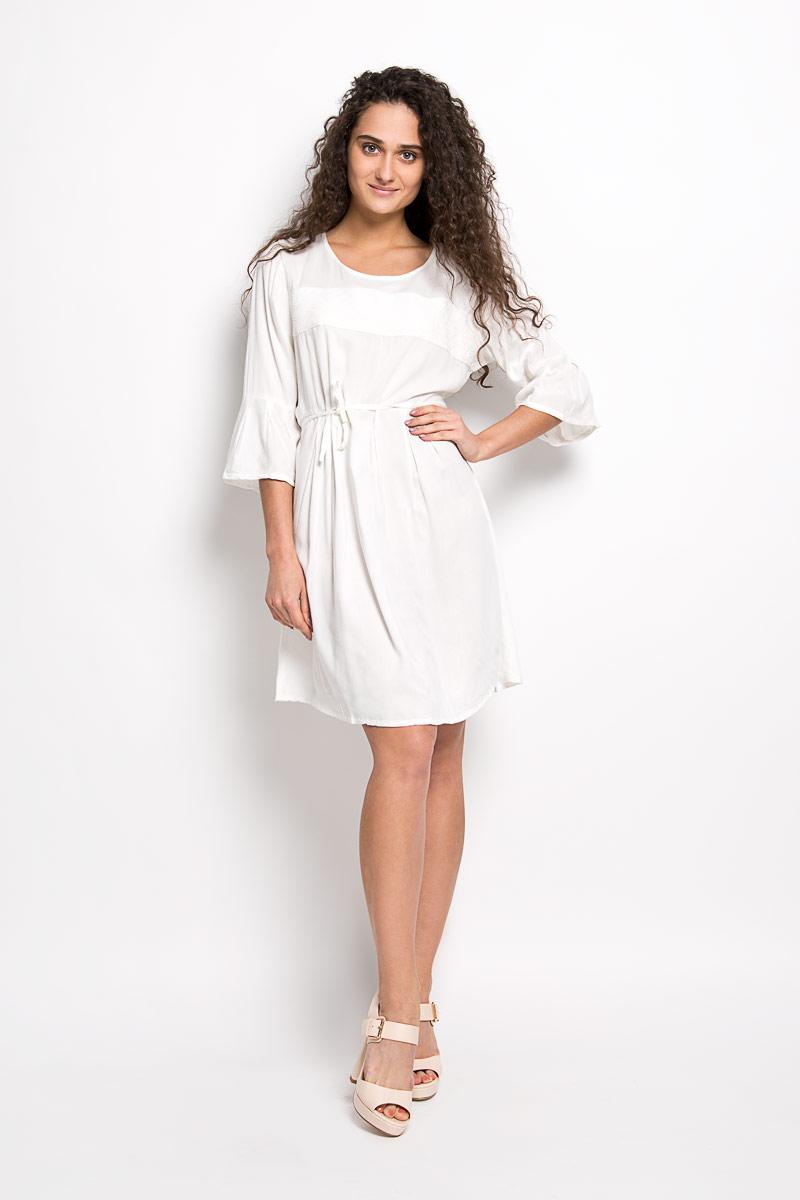 Платье Broadway Mallory, цвет: молочный. 10156371 001. Размер XL (50)10156371 001Платье Broadway Mallory идеально подойдет для вас и станет стильным дополнением к вашему гардеробу. Выполненное из 100% вискозы, оно очень приятное на ощупь, не сковывает движений и хорошо вентилируется.Модель с круглым вырезом горловины и рукавами 3/4 на спинке застегивается на маленькую пуговичку. Плате-миди спереди дополнено вставкой с вышитым орнаментом. На талии расположен небольшой поясок, который можно завязать сзади красивым бантиком. Такое платье поможет создать яркий и привлекательный образ, в нем вам будет удобно и комфортно.