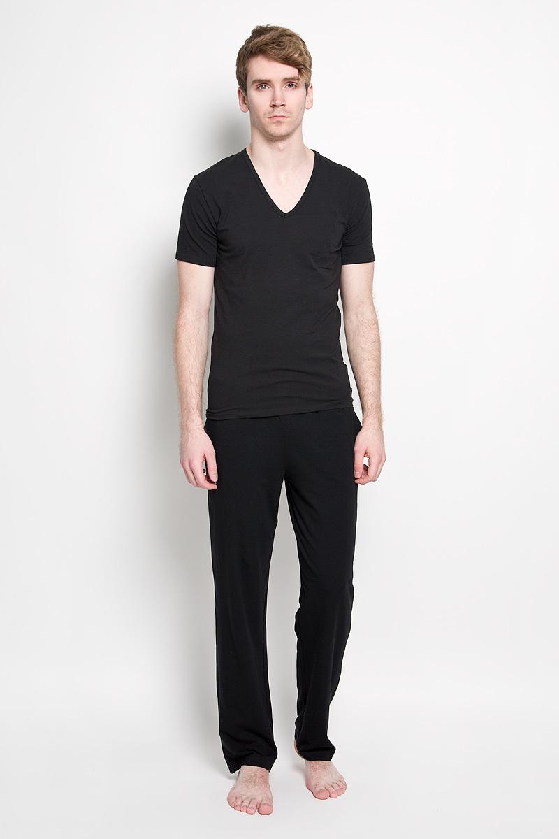 Брюки мужские Calvin Klein Jeans, цвет: черный. M9640E_001. Размер S (44/46)J3IJ303821_0590Стильные мужские брюки Calvin Klein, изготовленные из хлопка с добавлением эластана, необычайно мягкие и приятные на ощупь, не сковывают движения, обеспечивая наибольший комфорт. Модель прямого покроя на талии дополнена широкой резинкой контрастного цвета, оформленной надписью Calvin Klein. Спереди модель дополнена двумя втачными карманами.Эти брюки идеальный вариант на каждый день.