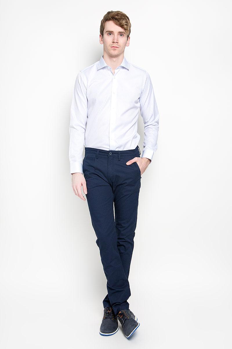 Брюки мужские Lee Chino, цвет: темно-синий. L768GK84. Размер 30-34 (46-34)L768GK84Стильные мужские брюки Lee Chino великолепно подойдут для повседневной носки и помогут вам создать незабываемый современный образ. Классическая модель немного зауженного кроя и стандартной посадки изготовлена из эластичного хлопка, благодаря чему великолепно пропускает воздух, обладает высокой гигроскопичностью и превосходно сидит. Брюки застегиваются на ширинку на застежке-молнии, а также пуговицу на поясе. На поясе расположены шлевки для ремня. Брюки оснащены двумя втачными карманами и небольшим прорезным кармашком спереди, а также двумя прорезными карманами с клапанами на пуговицах сзади.Эти модные и в тоже время удобные брюки станут великолепным дополнением к вашему гардеробу. В них вы всегда будете чувствовать себя уверенно и комфортно.