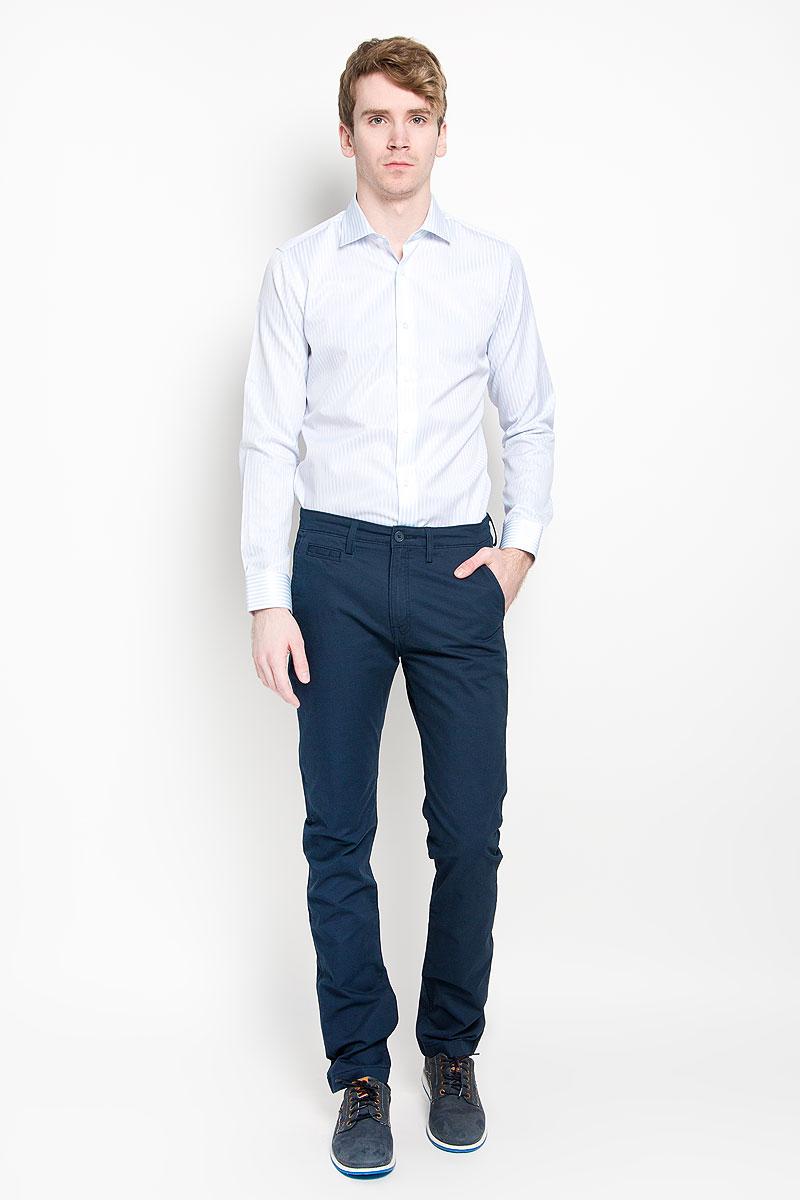 Рубашка мужская KarFlorens, цвет: белый, светло-голубой. SW 46_03. Размер 43/44 (54-176)SW 46_03Мужская рубашка KarFlorens изготовлена из высококачественного хлопка с добавлением микрофибры. Необычайно мягкая и приятная на ощупь, модель не сковывает движения и позволяет коже дышать, обеспечивая комфорт.Модель с длинными рукавами и отложным воротником застегивается напуговицы, оформленные тиснением с названием бренда. Закругленные манжеты с регулировкой ширины также застегиваются на пуговицы. На спинке изделие оформлено двумя защипами. Низ модели имеет округлую форму. Оформлено изделие принтом в полоску.Такая рубашка станет идеальным вариантом для повседневного гардероба. Онапорадует настоящих ценителей комфорта и практичности!
