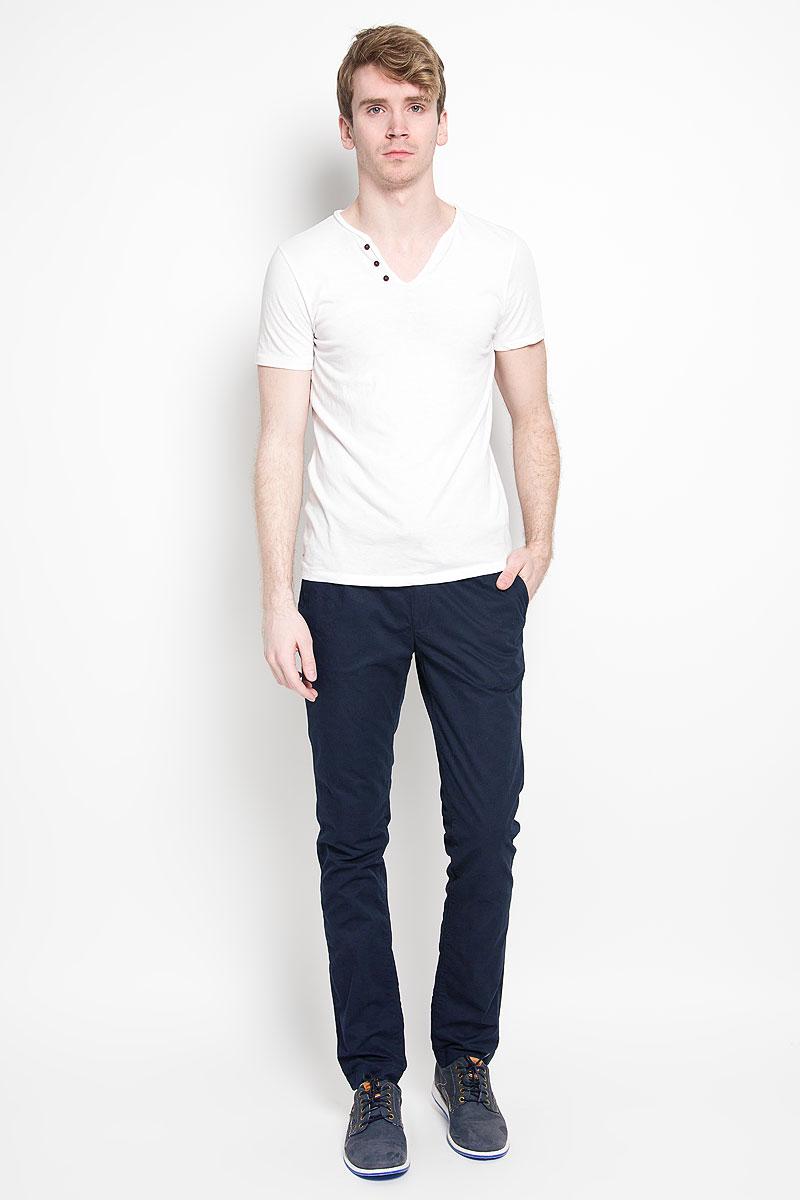 БрюкиJ3EJ303550_9654Мужские брюки Calvin Klein Jeans станут модным дополнением к вашему гардеробу. Изготовленные из натурального хлопка, они мягкие и приятные на ощупь, не сковывают движения и позволяют коже дышать, обеспечивая комфорт. Брюки прямого кроя на поясе застегиваются на металлический крючок и имеют ширинку на застежке-молнии, а также шлевки для ремня и скрытый шнурок. Спереди у модели предусмотрены два втачных кармана, сзади - два прорезных кармана со светоотражающими элементами. Современный дизайн и расцветка делают эти брюки стильным предметом одежды, они отлично дополнят ваш образ и подчеркнут неповторимый стиль.